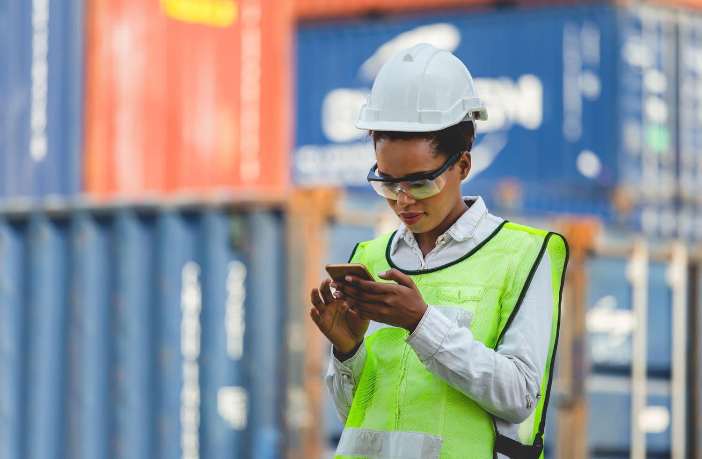 Berufsunfähigkeitsversicherung junge Frau beim Arbeiten